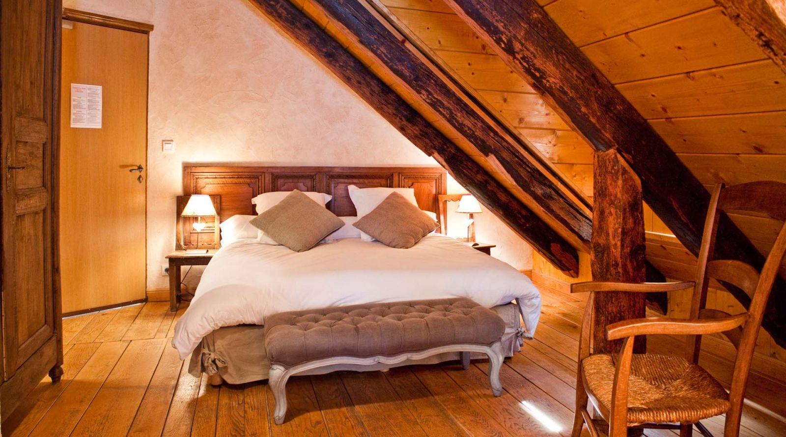 """Chambre """"Comtoise"""" Auberge du Puy Mary Auberge AIJEAN dans le cantal"""